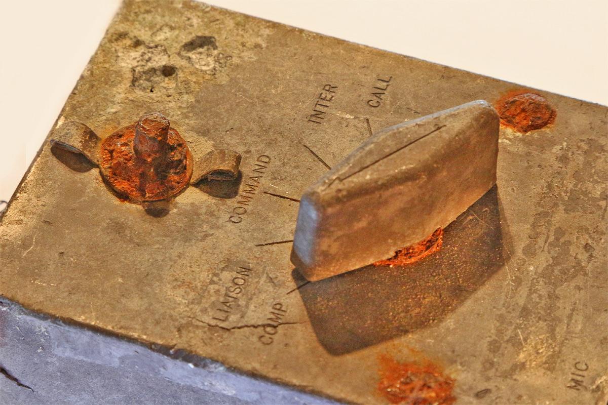 """Kommunikationsbauteil einer B24 """"Liberator"""" welche am 3. August 1944 im Gebiet des Wampeten Schrofens niederging. 5 Besatzungsmitglieder überlebten den Absturz nicht (der Funker und die vier Bordschützen), die verbliebenen vier Crewmitglieder wurden gefangen genommen (Bild: Schönherr S.)"""