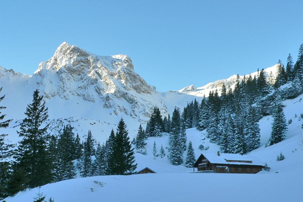 Die im Raintal gelegene Füssener Hütte vor der Kulisse des Schartschrofens