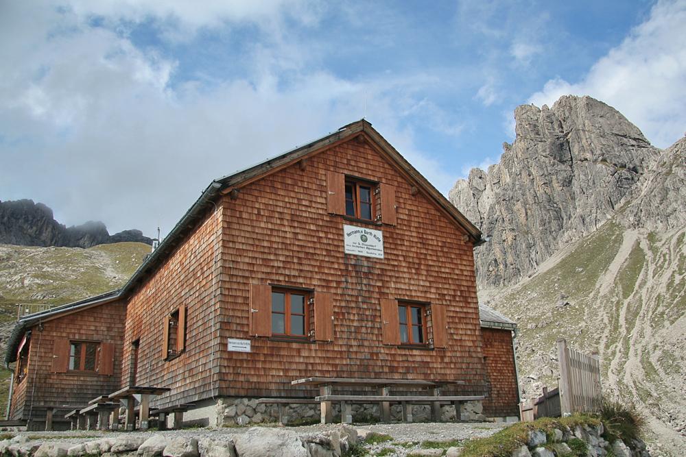 Die Barth-Hütte ist benannt nach dem Alpinpionier Hermann-von-Barth und liegt auf 2129m Höhe in den Allgäuer Alpen, im Hintergrund die Wolfebnerspitze