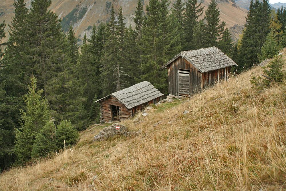 nicht nur im Tiroler Unterland gibt es einen Wilden Kaiser, auch oberhalb von Kaisers ist ein solcher in Form mehrerer, alter Hütten anzutreffen