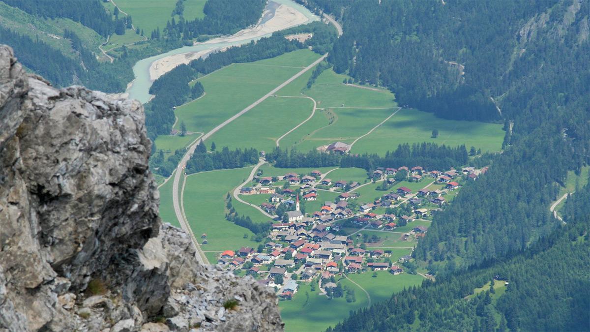 der Lechtaler Ort Elmen, von der Lichtspitze aus gesehen