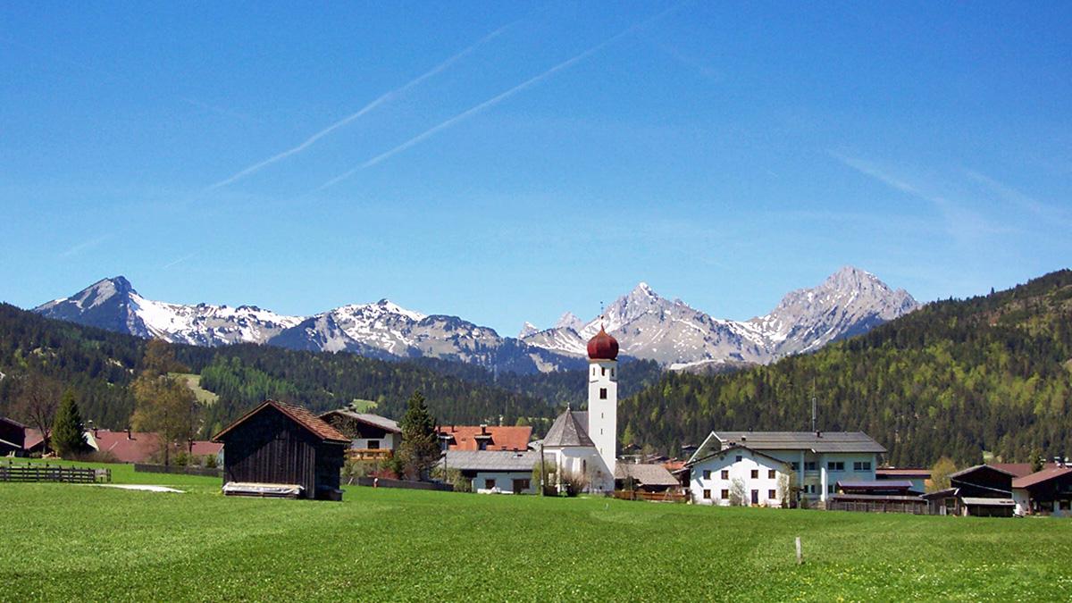 der Ort Heiterwang - im Hintergrund die Tannheimer Berge (Aufnahme 2003)