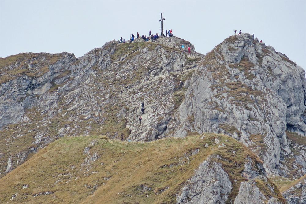 Wie immer herrscht reger Betrieb am Gipfel des Aggenstein