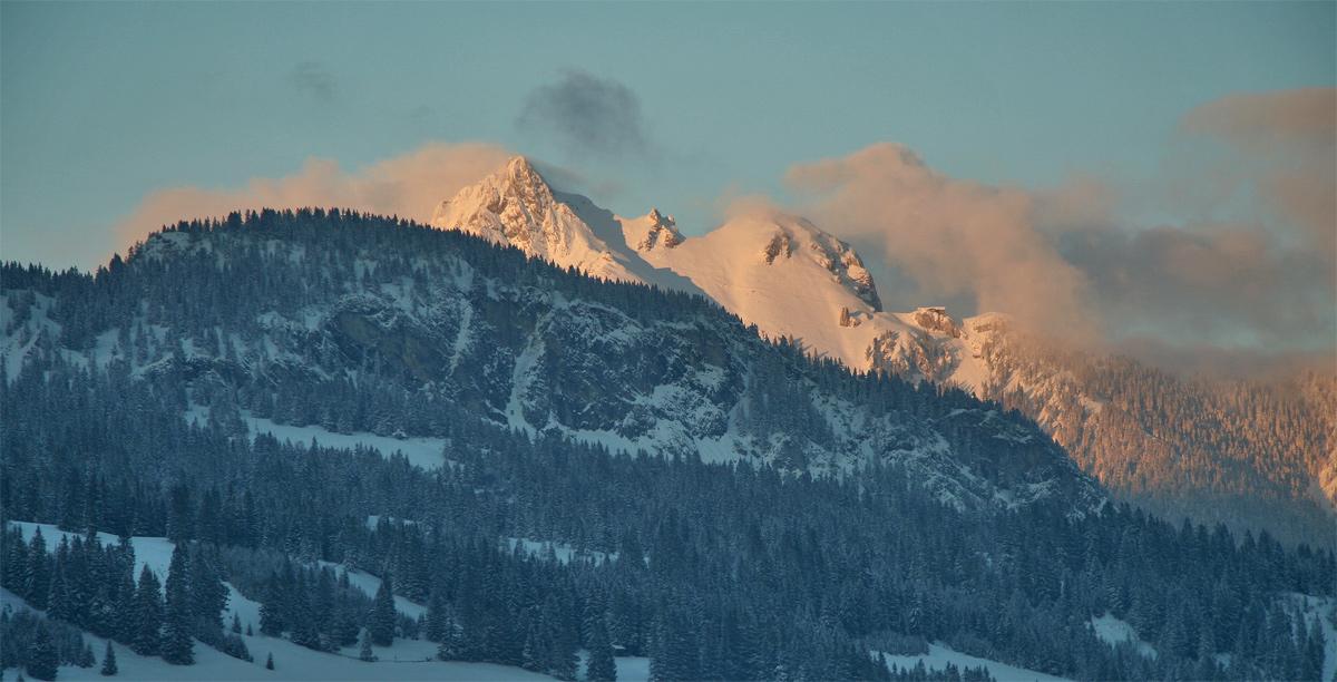 Blick vom Abstieg durch das Roßalptal hinüber zum Aggenstein im letzten Abendlicht
