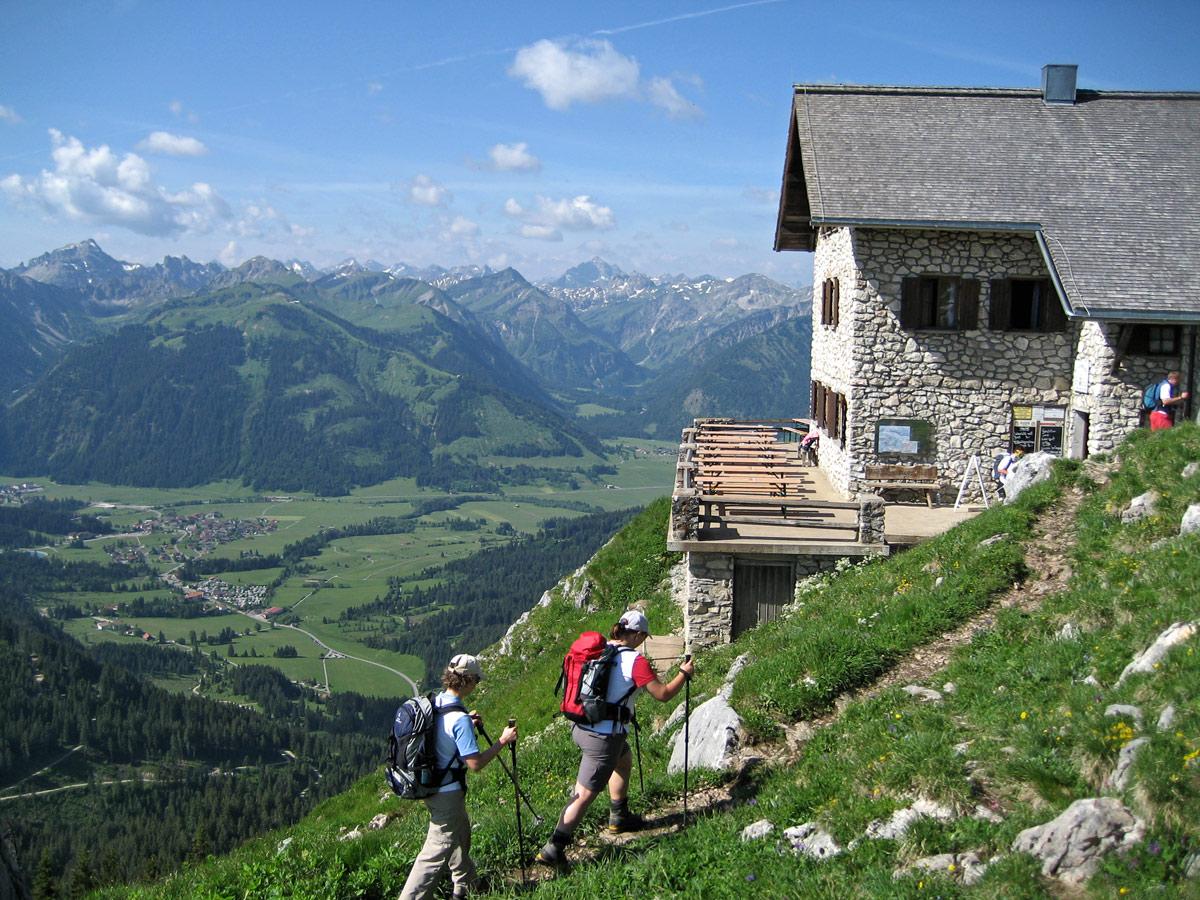 morgendliche Ankunft an der Bad-Kissinger-Hütte, die Einkehr findet aber erst nach dem Gipfelbesuch des Aggensteins statt