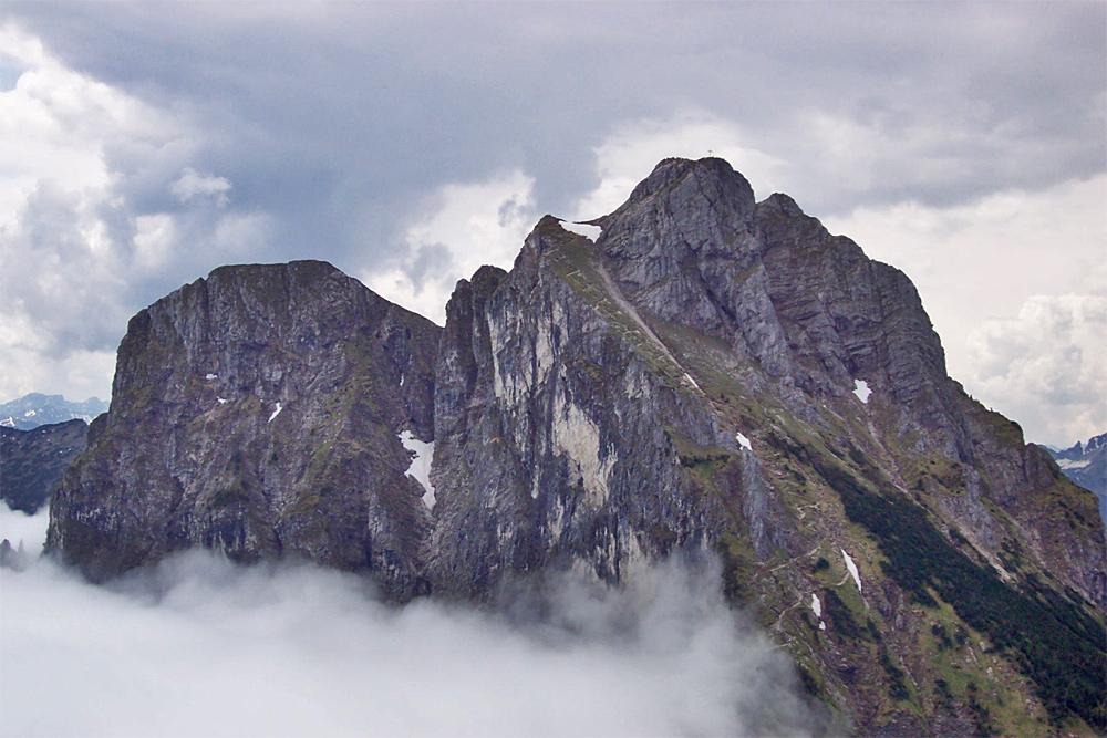 der Aggenstein von Norden, rechts der Bildmitte führt der Zustieg von Norden über den sogenannten Langen Strich zu einem Absatz knapp unterhalb des Gipfels, der finale Schlussanstieg erfolgt südseitig über die bekannte kettengesicherte Route durch den Fels