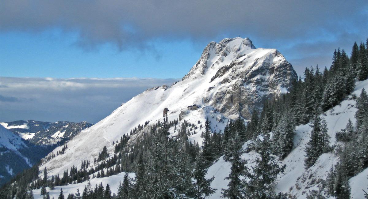 der Aggenstein aus Ost mit dünnem Winterkleid