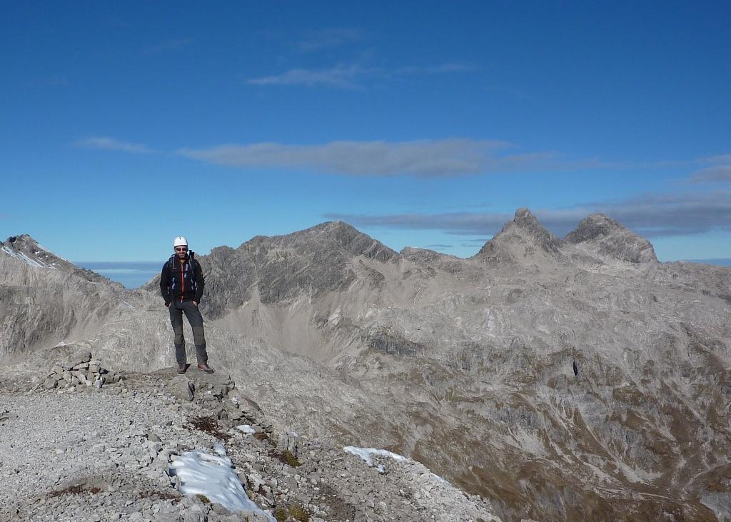 """Unterwegs in der Peischelgruppe: Von Hägerau - Hager - Nagelskopf (oft weglos) - vorbei an der verfallenen Wildmahdalpe - über eine steile Graszunge zum Fels - bei einem Geröllansatz in die Südwestflanke und über die """"schwarzen Wände"""" zum Gipfel. T4 II. Abstieg über Normalweg I (markiert). GK aus 2000."""