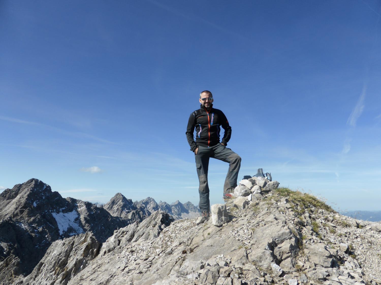 Wolekleskarspitze 2.522m. Start der Tour ist in Häselgehr. Zuerst ins Haglertal und bis knapp vor den Luxnachersattel. Dann rechts haltend auf dem markierten Weg ins Sattelkar queren und weiter ins Wolekleskar. Dann weglos im Felsgelände in den hintersten Teil des Kares (rechts) unschwierig auf die Grathöhe. Die Schlüsselstelle am Gipfelaufbau (Kamin) ist mit  II+ zu bewerten. Am oberen Ende steht dann auch der einzige Steinmann.  Abgestiegen sind wir dann von der Grathöhe erneut weglos ins Gliegerkar. T5 II+.  Das Gipfelbuch aus 2010 (im Glas) ist noch recht leer. 2-3 Besuche/Jahr. Leider aber nass und beginnt zu schimmeln.