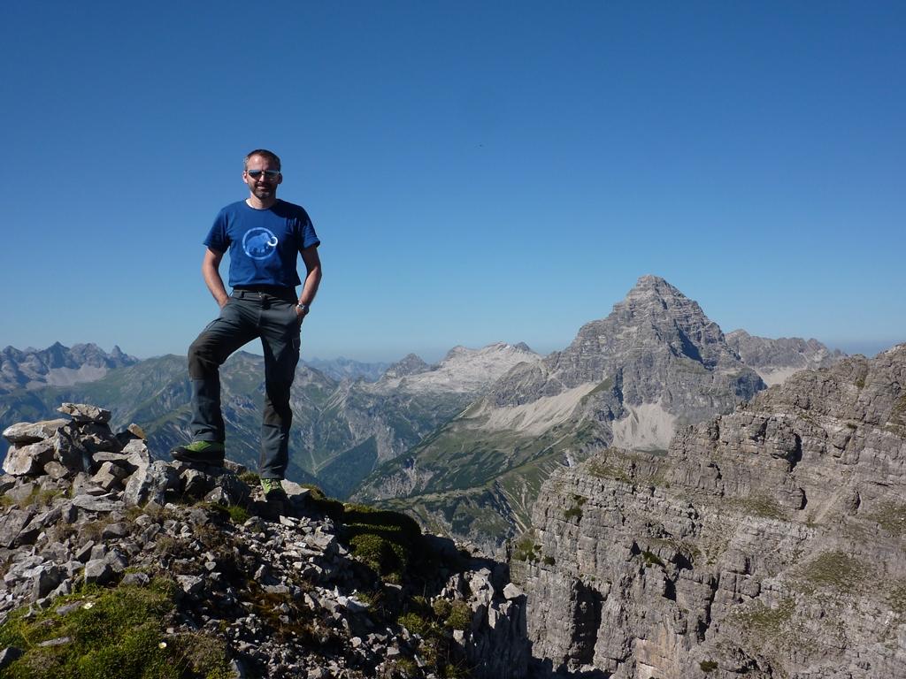"""Einsame Tour auf zwei selten besuchte Gipfel. Start war beim Roßkarbach nähe Sieglseen. Zuerst durch das trockene Bachbett und weiter durch die Latschen ins Roßkar. Die Roßkarscharte ist recht zügig erreicht. Weiter ging es in """"Roßkar typischem Gelände"""". Geröll-, Brösel-Traversen, Kamine und Flanken im I-II Grad. Die Wegfindung war nicht allzu schwierig.  Zuerst erreicht man die Wetsliche Roßkarspitze mit 2292m. Seit heute mit Gipfelbuch!  Nach einer kurzen Rast ging es weiter zum Westlichen Gipfel. Hier wird das Gelände etwas anspruchsvoller. Der Anstieg/Übergang gelang ohne Probelme. In gut 30min standen wir am Gipfel der Östlichen Roßkarspitze 2291m (Es schaut weiter aus). Seit knapp zwei Jahren war hier keiner mehr. Das GB hat noch reichlich Platz. Retourweg wie Aufstieg. - Varianten möglich.  Westliche Roßkarspitze T5 I, Östliche Roßkarspitze T5 II;"""