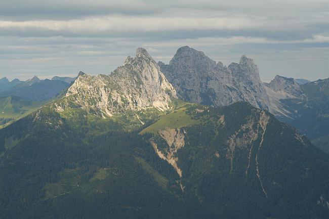 Gipfelstock der Gehrenspitze von Osten (Koflerjoch) aus gesehen, dahinter die Köllenspitze und der markant aufragende Gimpel