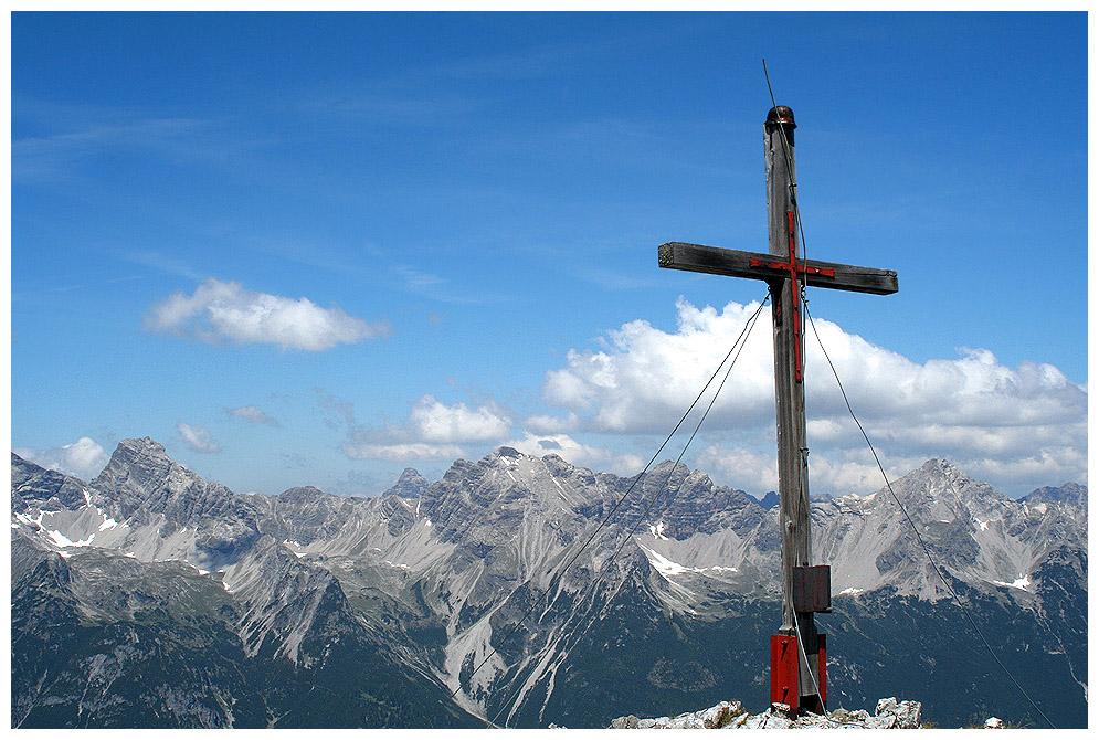 Ausblick vom Gipfel der Lichtspitze hinüber zu der Hornbachkette