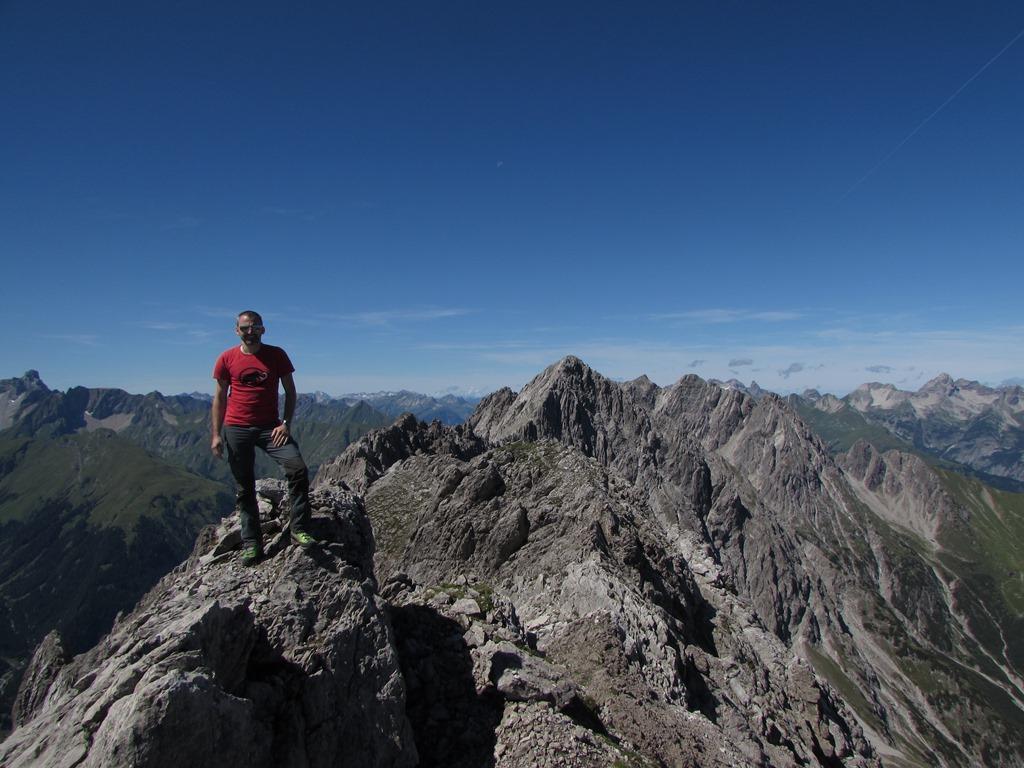 Von Madau durch den Hochwald und Latschen auf die Zwölferspitze 2594m. Dann weiter auf den Scheisstalkopf 2506m zur Seebleskarspitze 2539m. Abstieg übers Schafkarle und Mahdberg wieder zurück ins Madau. Tour vom 17.8.14. T5 II.