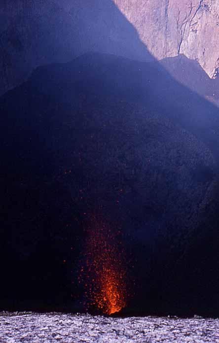 Ein Kleiner Ausbruch im Krater des Villarrica