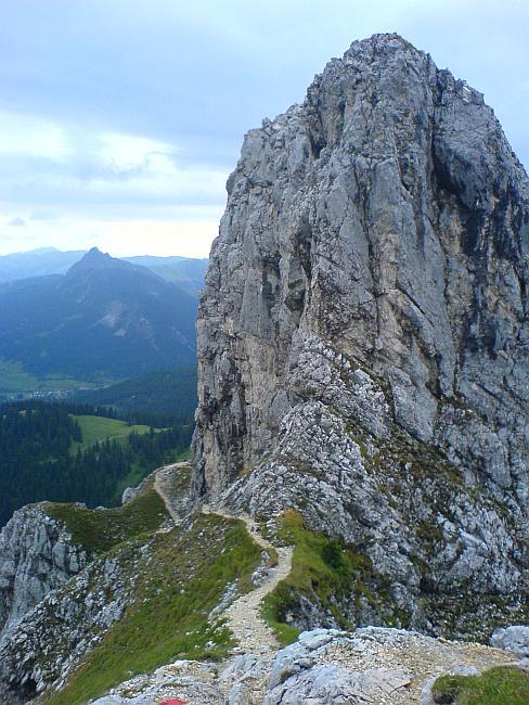 der Steig führt unterhalb des Gilmenkopfes hindurch