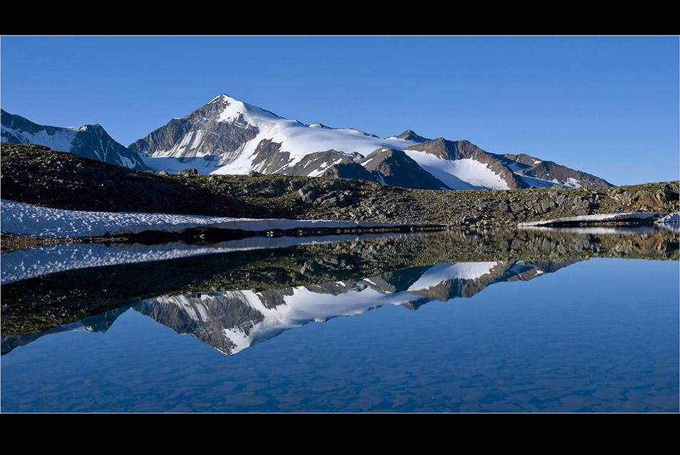 Auf dem Weg zur Kreuzspitze befindet sich der idyllische Bergsee auf 2920 Metern.