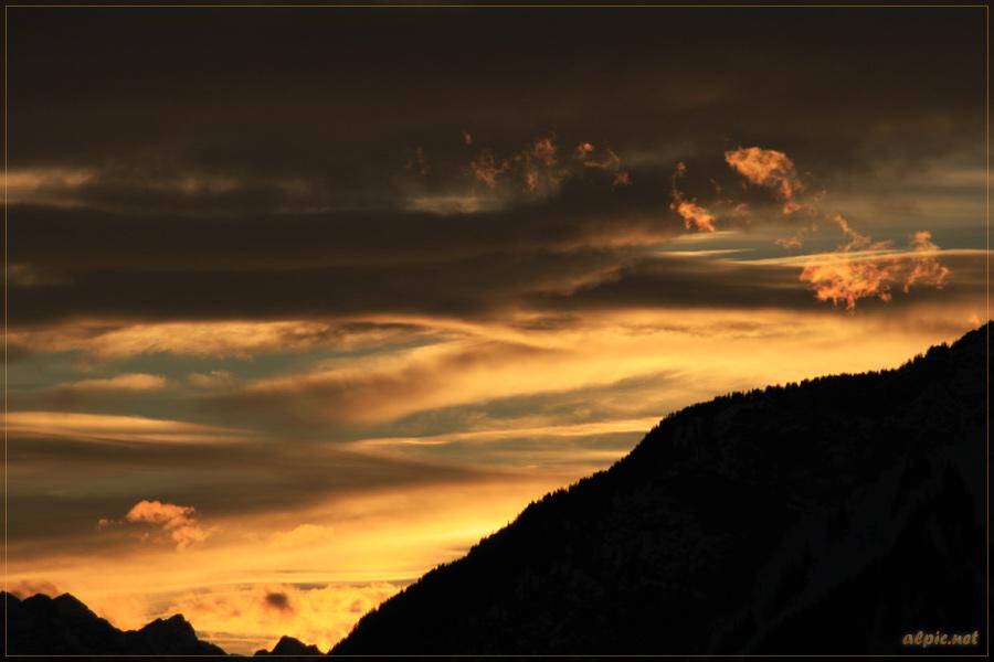 Wolkenfetzen ziehen über der Gundenspitze hinweg