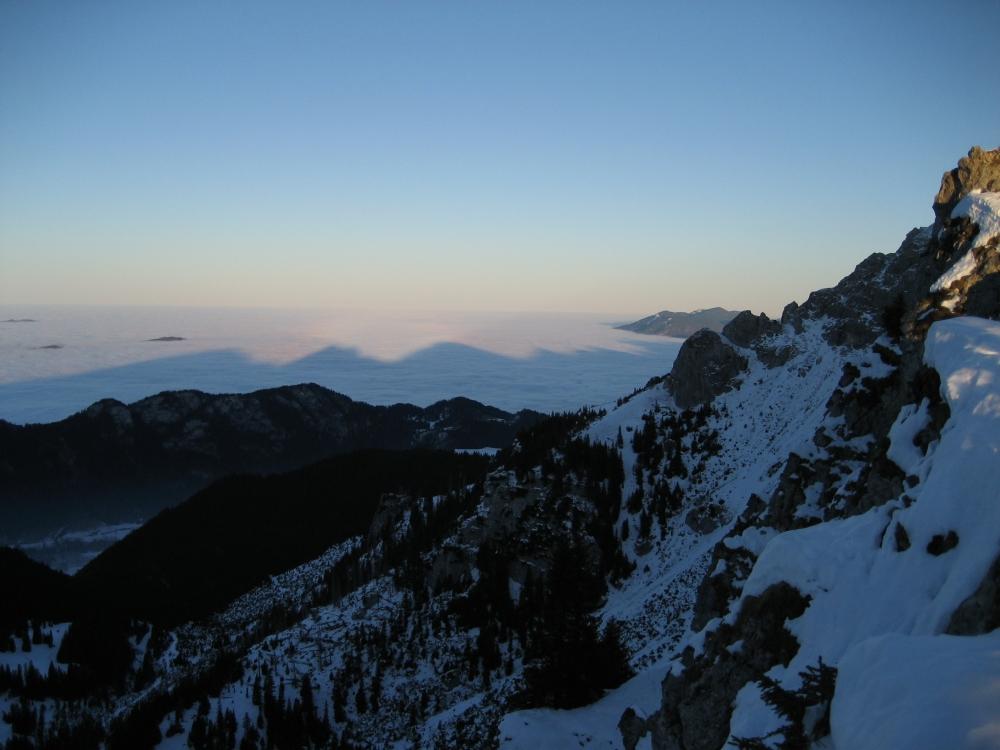 Ausblick vom Brentenjoch auf Nebelmeer und die daraus entstehenden Schattenspiele