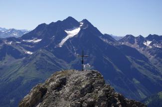Gipfelkreuz des Stanskogel mit Hohem Riffler