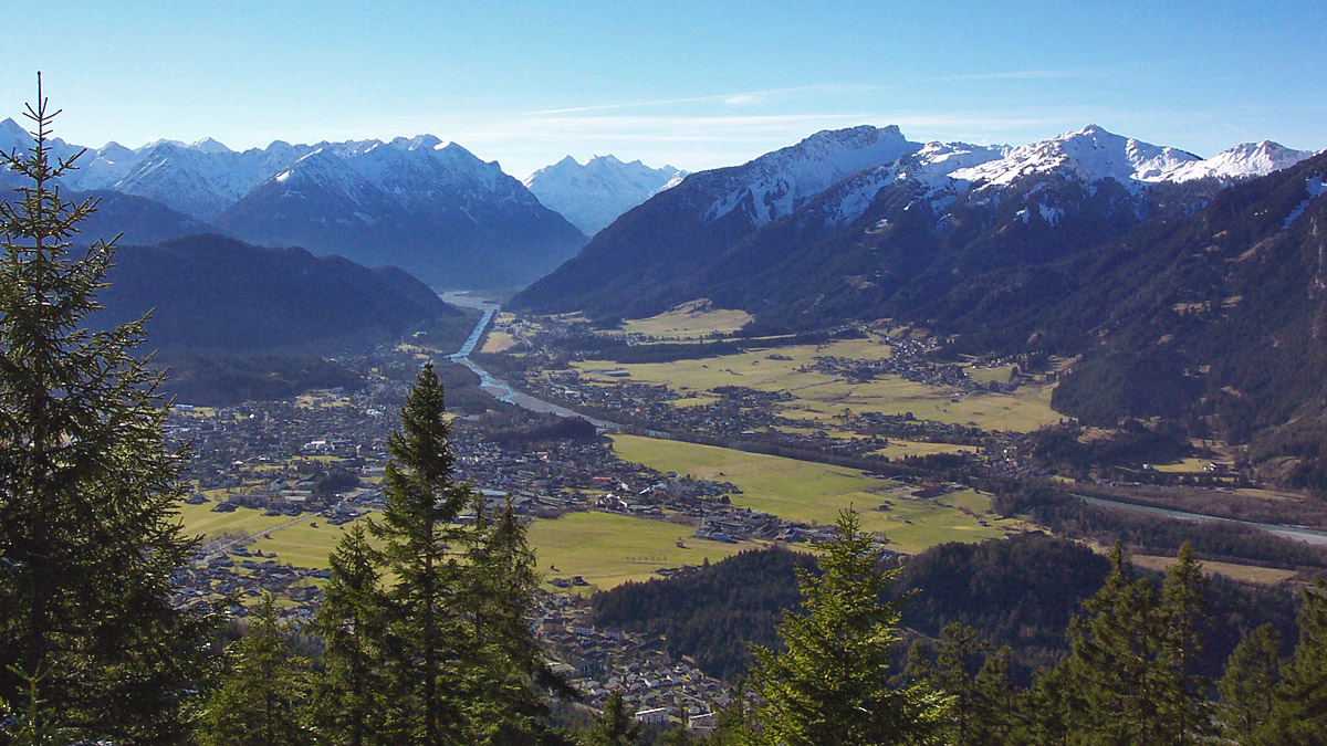 Ausblick von der Falzkopfalpe (Ammergauer Alpen) hinab in den Reuttener Talkessel