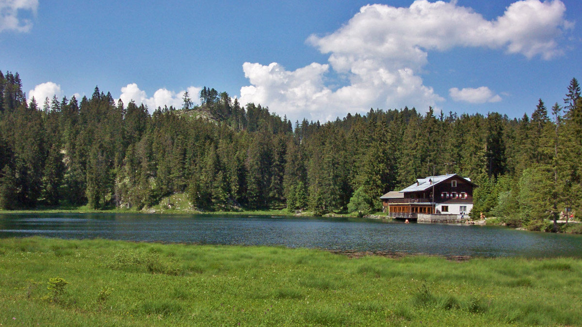 der Frauensee mit dem ehemaligen Gasthaus, welches heute als Jugendherberge genutzt wird