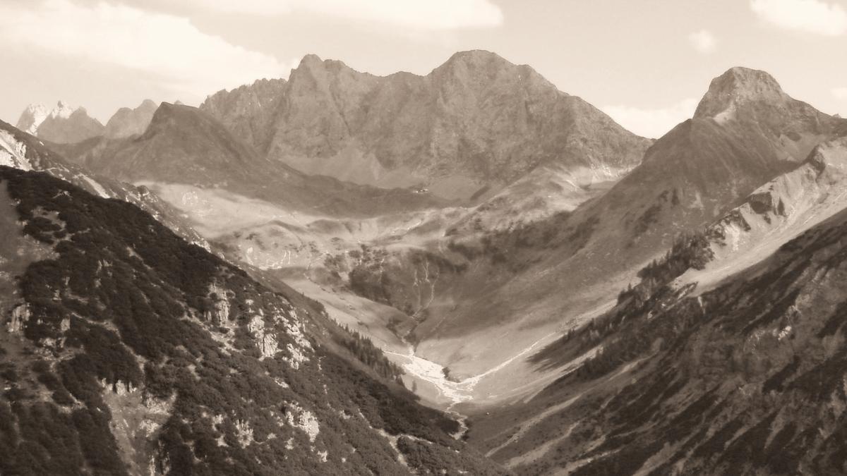 Blick vom Imster Ort (Ortkopf) durch das Plötzigtal hinein, an dessen Ende sich die Anhalter Hütte unter den Felswänden des Maldongrates duckt