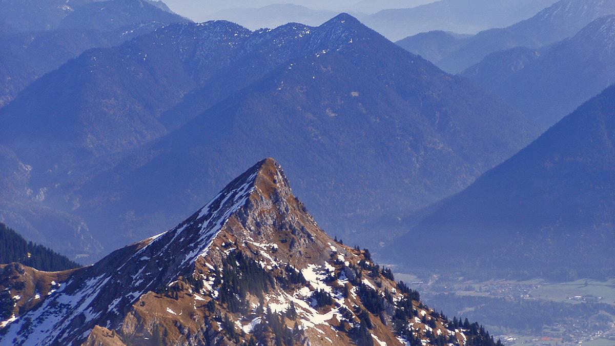 die scharf geschnittene Schneid von Westen, im Hintergrund der waldreiche Zwieselberg in den Ammergauern