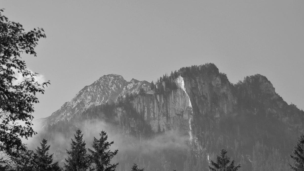 Roßberg und der Rote Stein - hier ist seine Nordwand noch intakt (Aufnahmedatum: 4. Sep. 2005)
