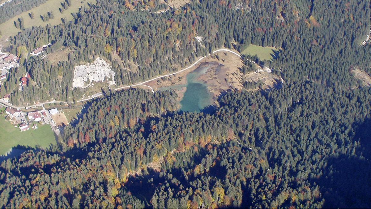 der Weißenbacher Ortsteil Rieden und der Riedener See aus der Vogelschau