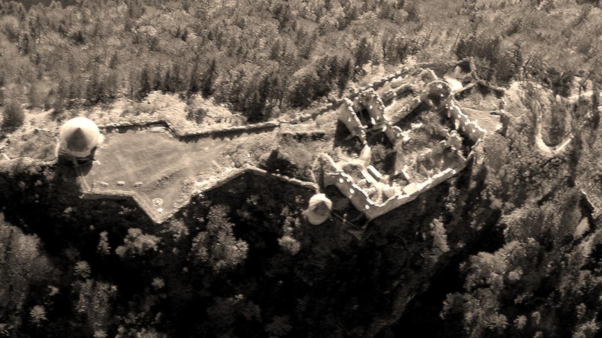 die ruinösen Reste der Festung Ehrenberg im Luftbild