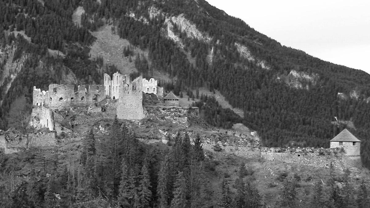 die Burgruine Ehrenberg von dem Fort Claudia aus gesehen