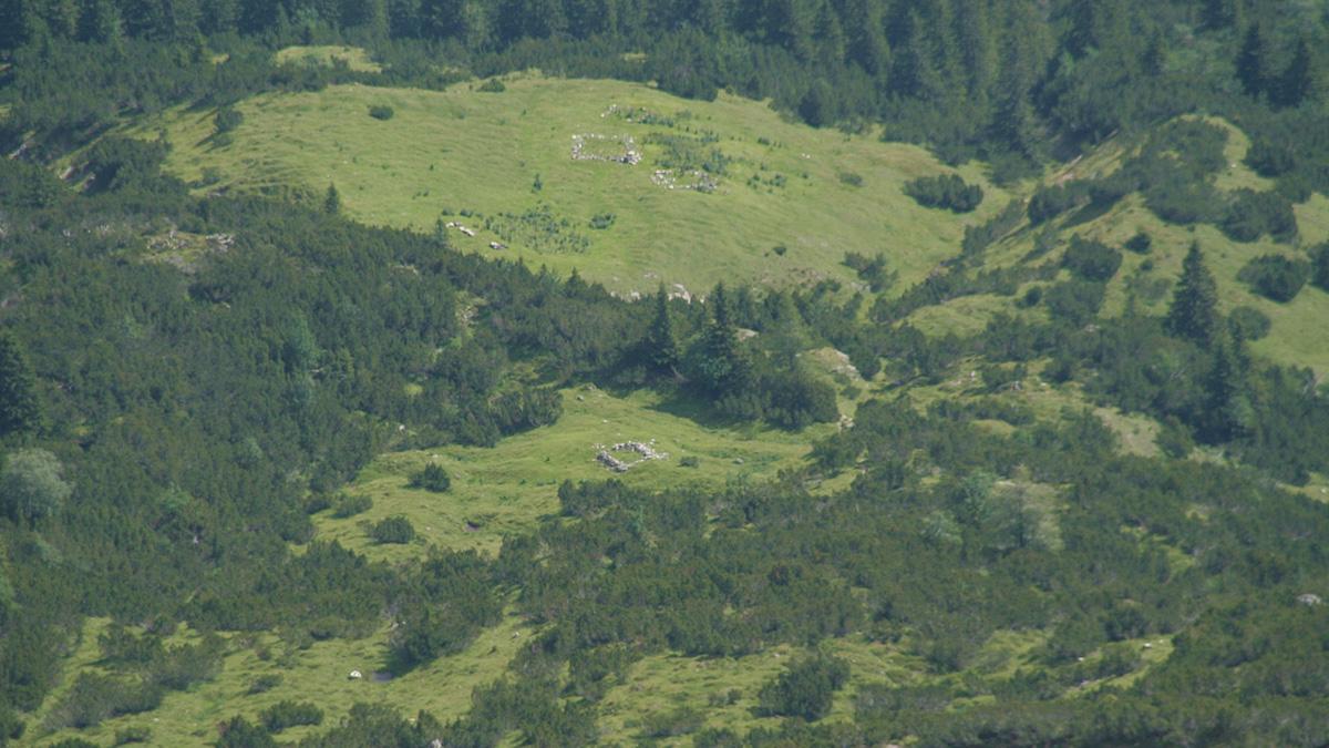 von der Leilachspitze sind noch die Mauerreste bzw. Sockel der alten Hütten im Weißenbacher Notländ zu erkennen