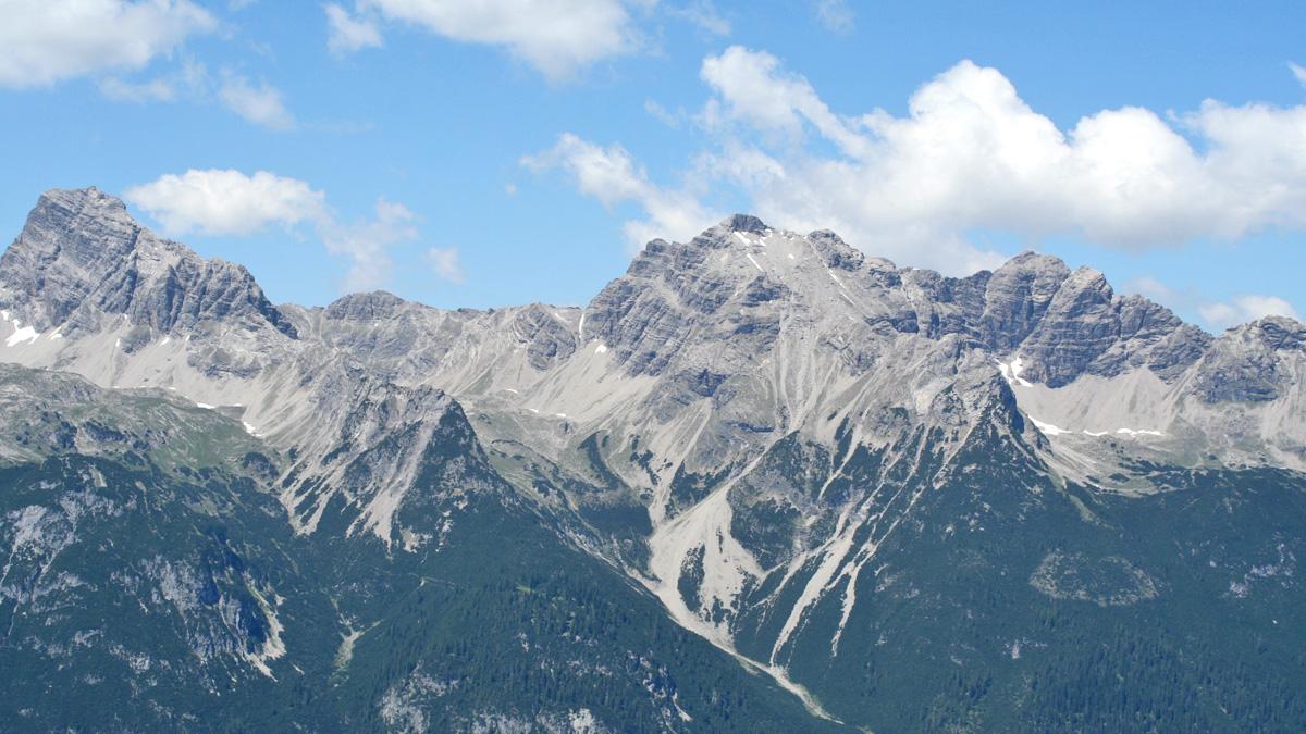 als Ausschnitt aus der Gipfelreihe der Hornbachkette zeigen sich hier die Urbeleskar- und Wasserfallkarspitze