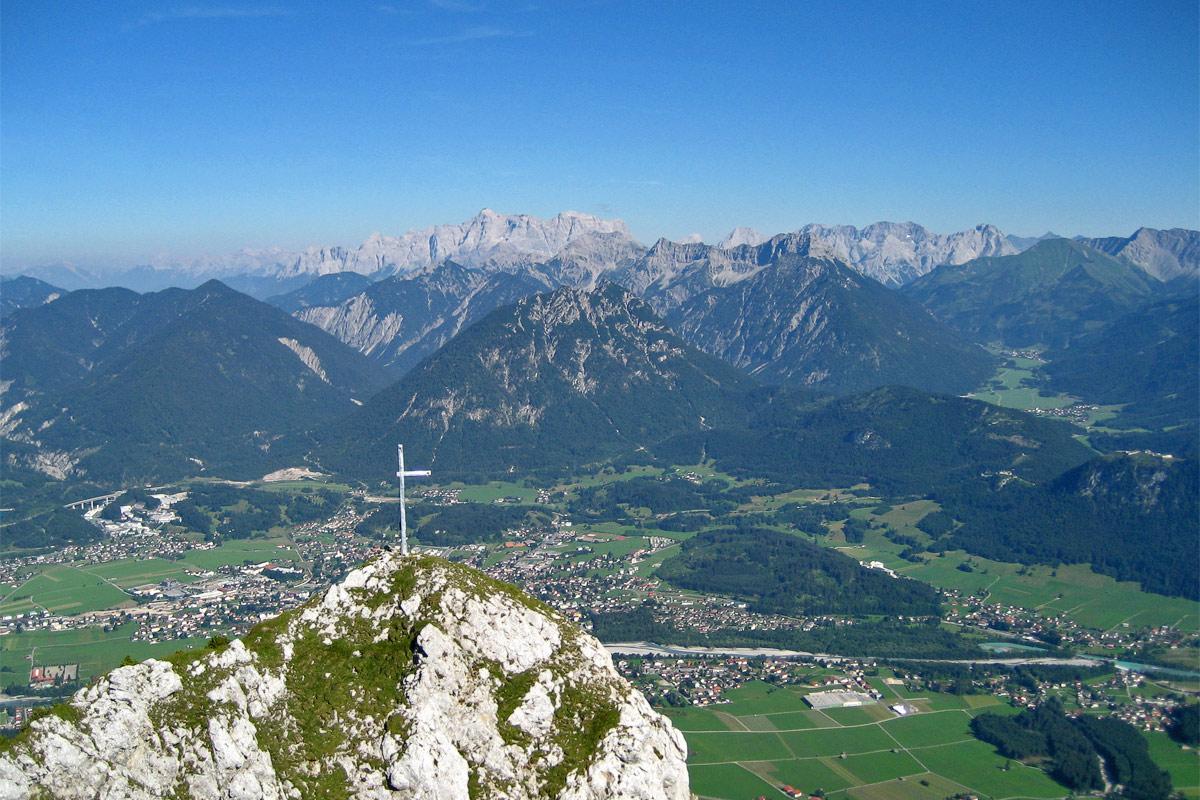 das alte Gipfelkreuz der Blachenspitze über dem Reuttener Talkessel, im Hintergrund das Zugspitzmassiv