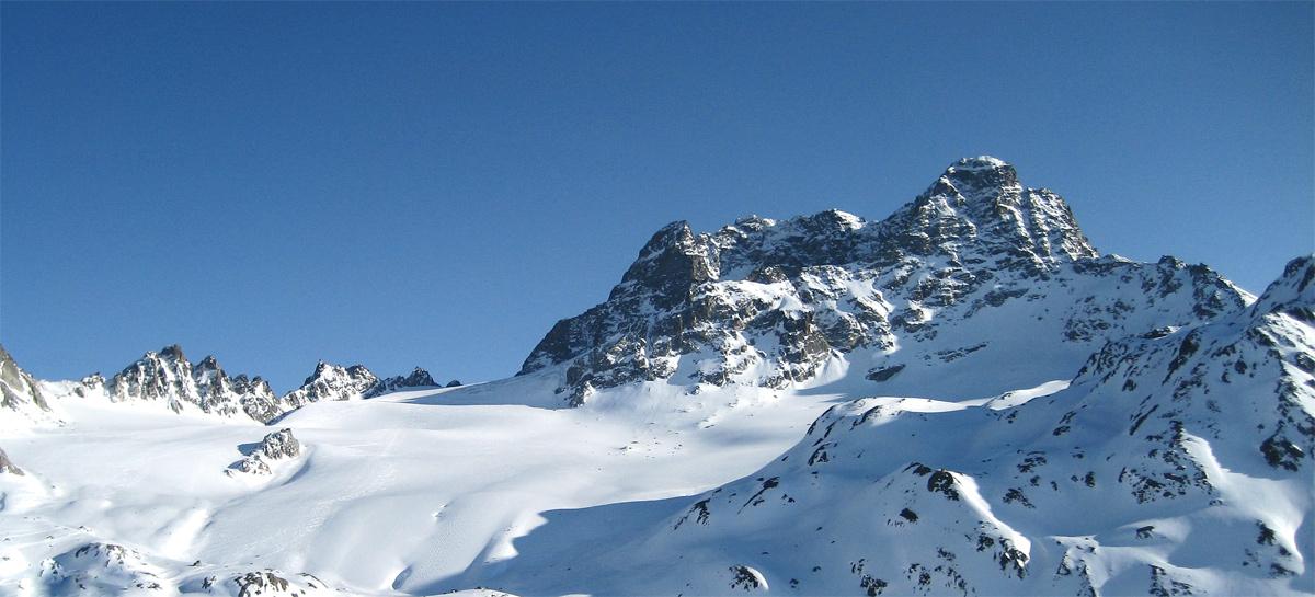 nach der Abfahrt über den Gletscher des Vadret da Porchabella genießt man den Rückblick auf den Piz Kesch