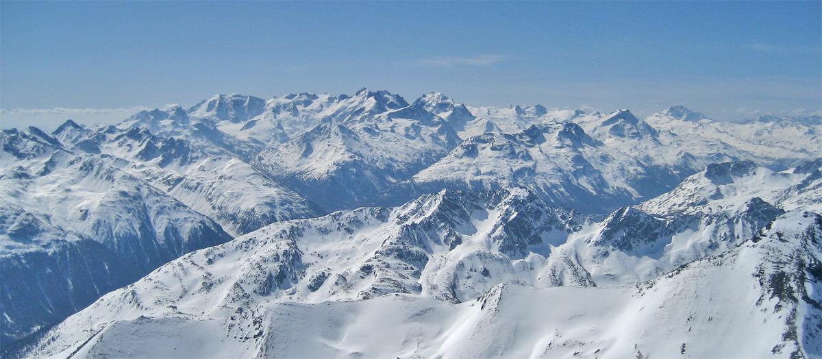 die Bernina Gruppe mit Gipfeln wie dem Piz Palü, Piz Bernina (und dem Biancograt) und Piz Roseg an der schweizerisch-italienischen Grenze