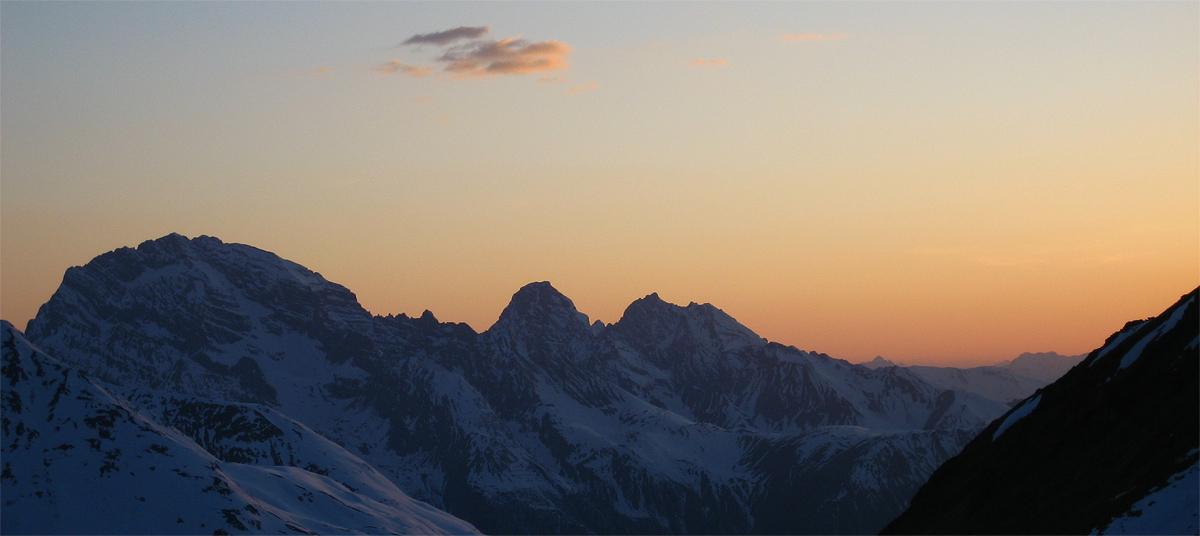 die neue Keschhütte (Cna digl Kesch) am Fuorcla da Funtauna (Funtaunajoch) bot einen schönen abendlichen Ausblick auf die Silhouetten der Albula Berge