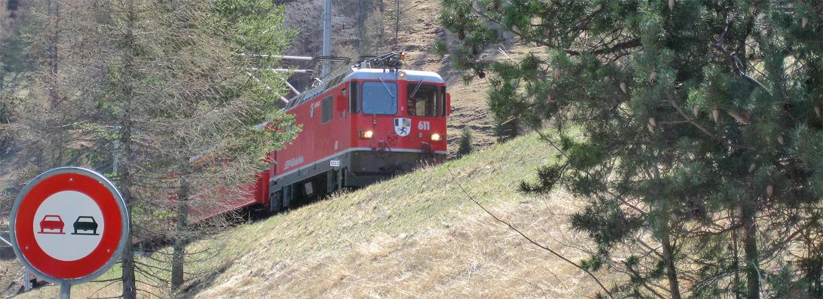 die Rhätische Bahn auf der 1913 eröffneten Strecke zwischen Zernez und Scuol im Engadin
