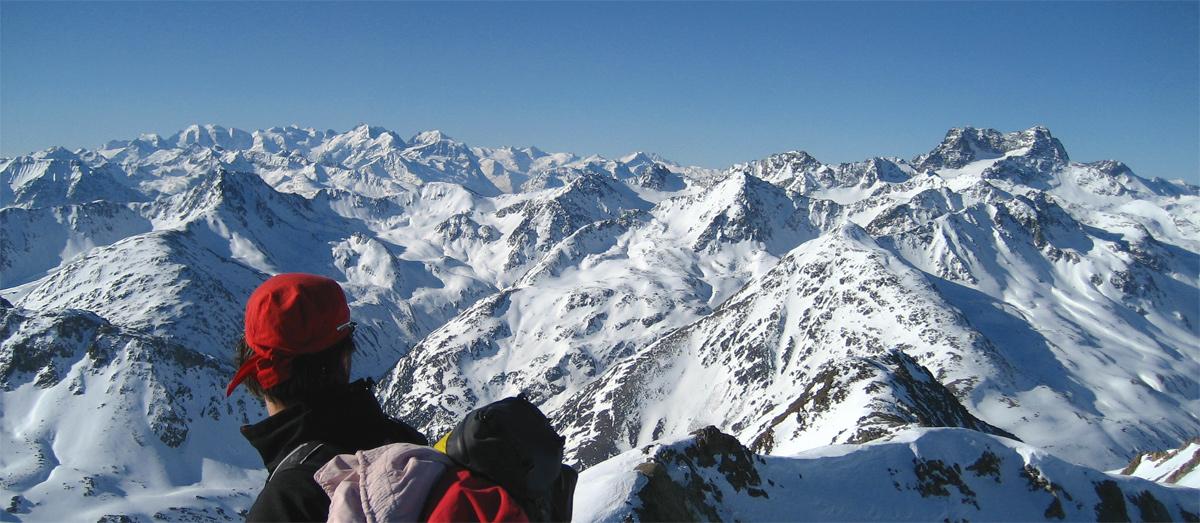 Ausblick vom Gipfel des Scalettahorns auf den Piz Kesch (ganz rechts im Bild) und die Bernina Gruppe (li. Hintergrund)