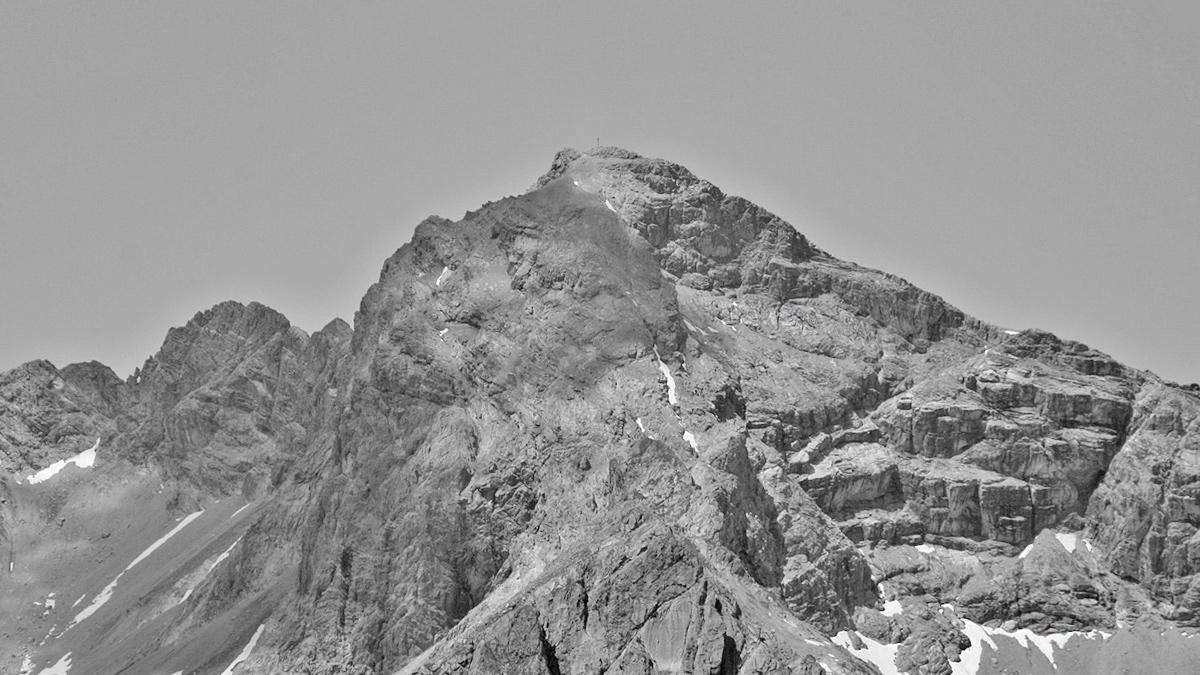 die Bretterspitze in der Ansicht aus Südost - quer durch den rechten Wandfuß leitet ein auffälliger Felssims als Enzensberger Weg in den oberen Bereich der Schwärzerscharte hinaus