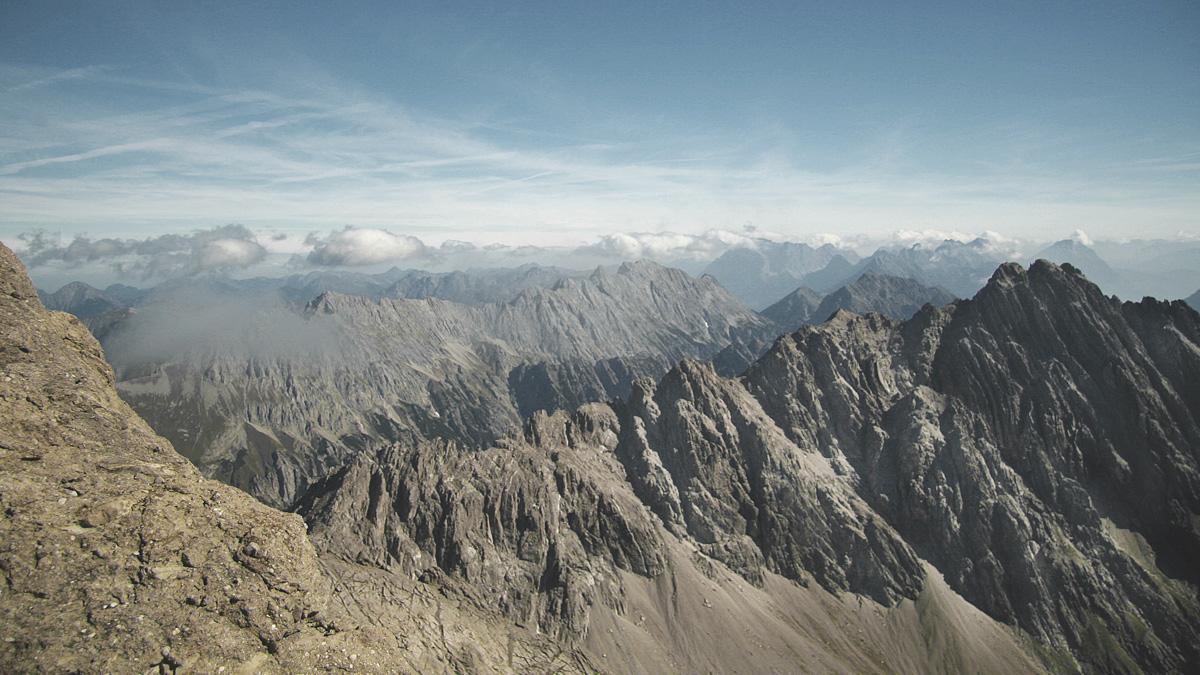 Gipfelblick vom Imster Muttekopf gegen Nordost über Maldonkopf und Platteinspitzen hinweg hin zu der über 7 Kilometer langen Heiterwand