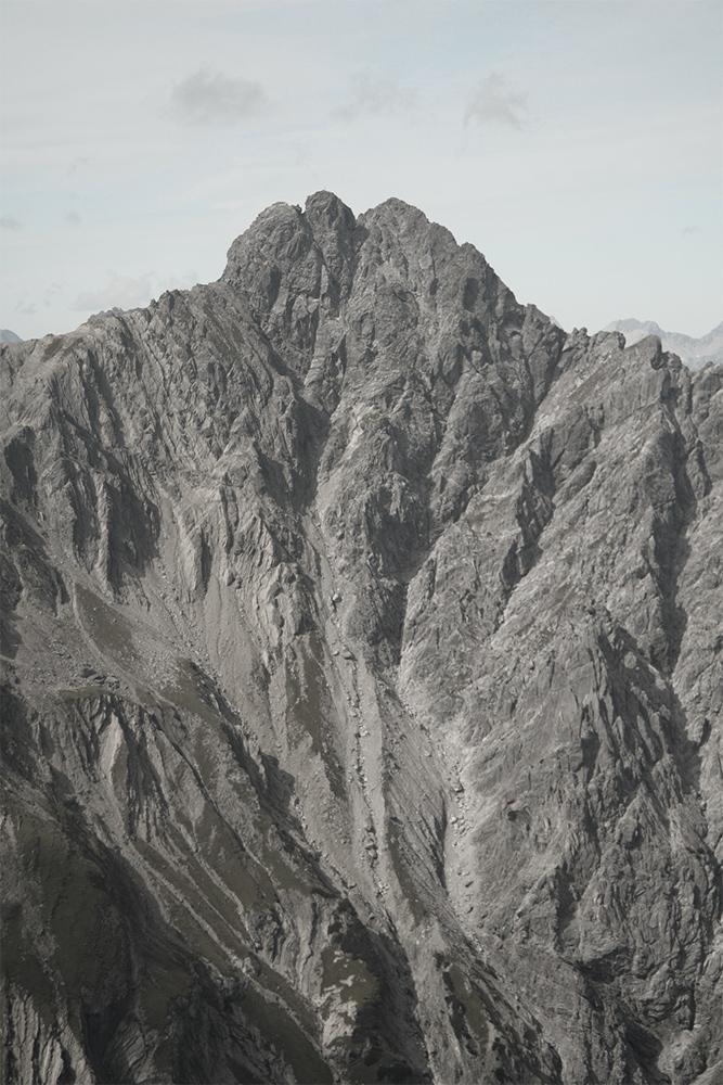 steil fällt die Ostwand der Reichspitze in die von Schutt angefüllten Tobel zum Fundaistal hin ab