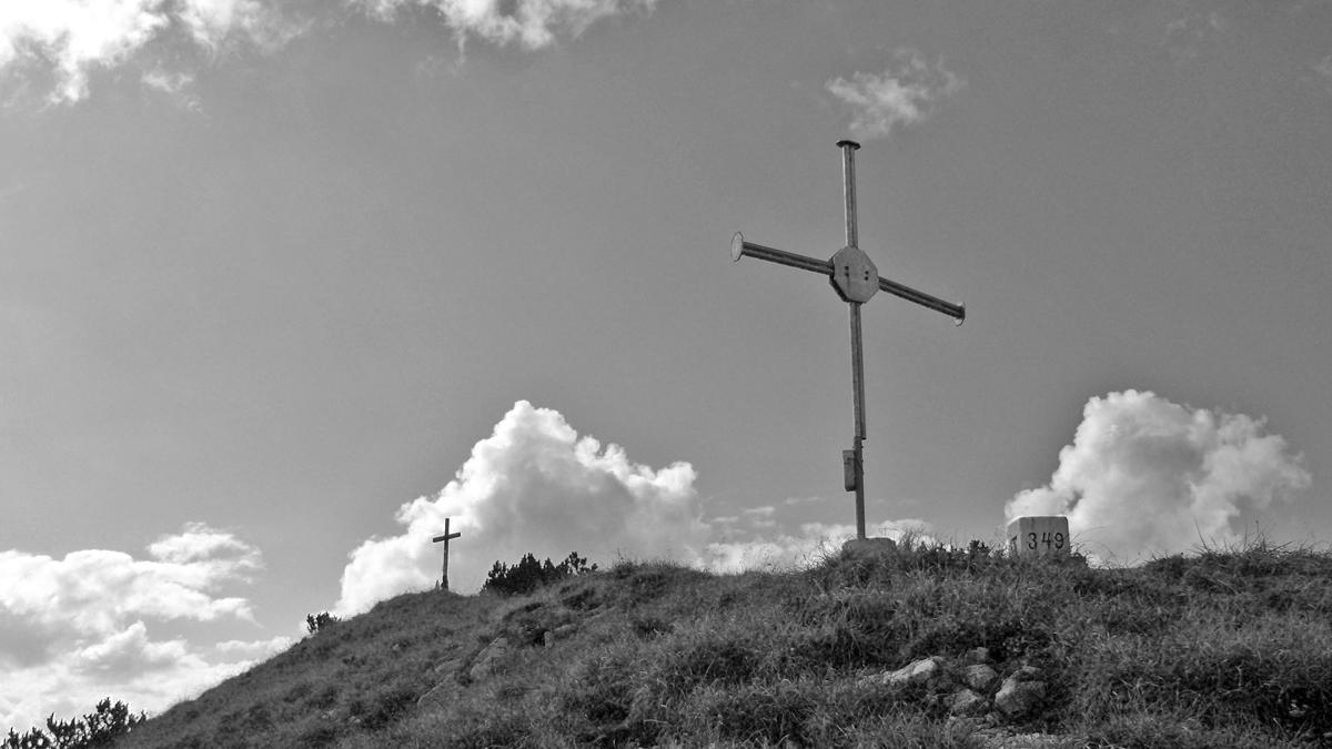 am Gipfel des Ochsenälpeleskopf laden zwei Gipfelkreuze zum Rasten ein