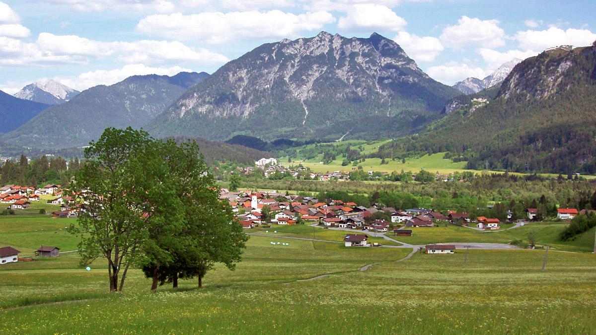 Ausblick von den Schollenwiesen hinab auf Höfen