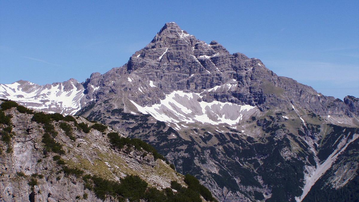 die Hochvogel-Südwand und die Südkante, über die der wegen massiver Felssturzgefahr gesperrte Bäumenheimer Weg verläuft