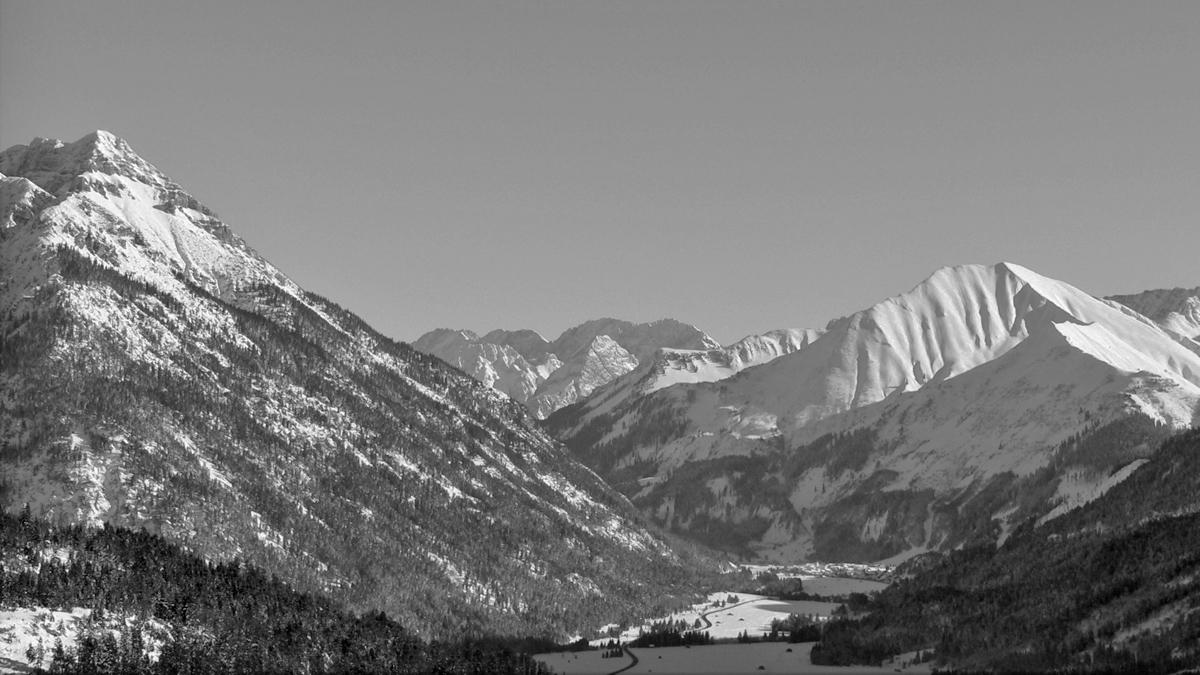 schon die Via Claudia Augusta führte durch das heutige Zwischentoren - (v.l.) Kohlbergspitze, Sonnenspitze und die Pleisspitze (Mähberg) über dem Ort Bichlbach