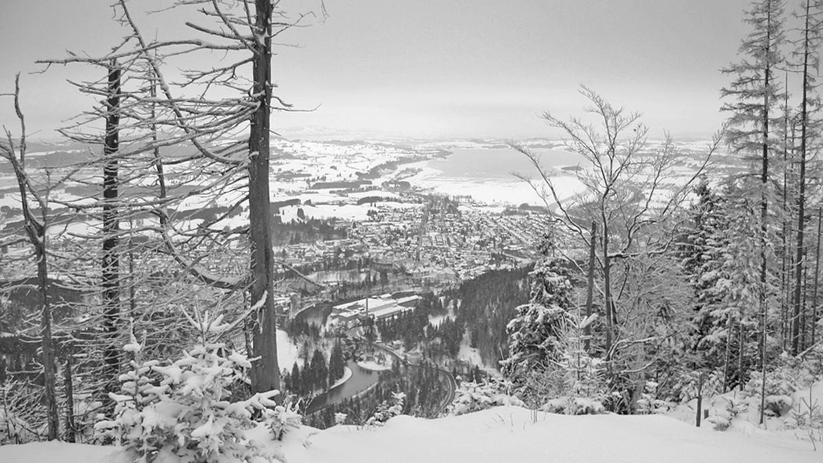Blick vom Schwarzenberg auf Füssen und den Lech - im Hintergrund der Forggensee