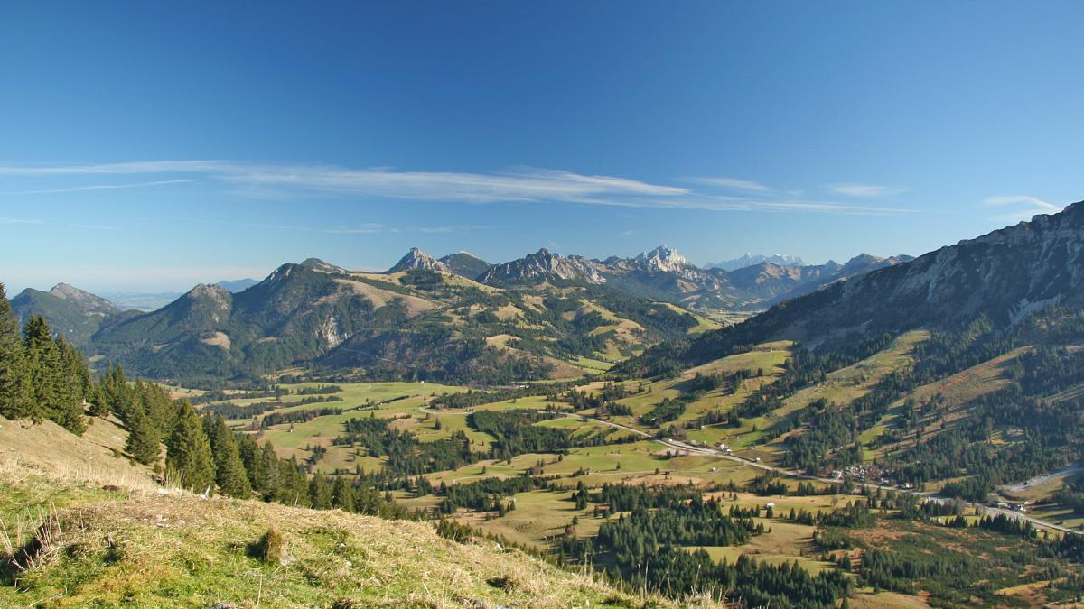 Ausblick vom Ornach hinüber zum Scheitelpunkt des Oberjochpass und ins Tannheimer Tal