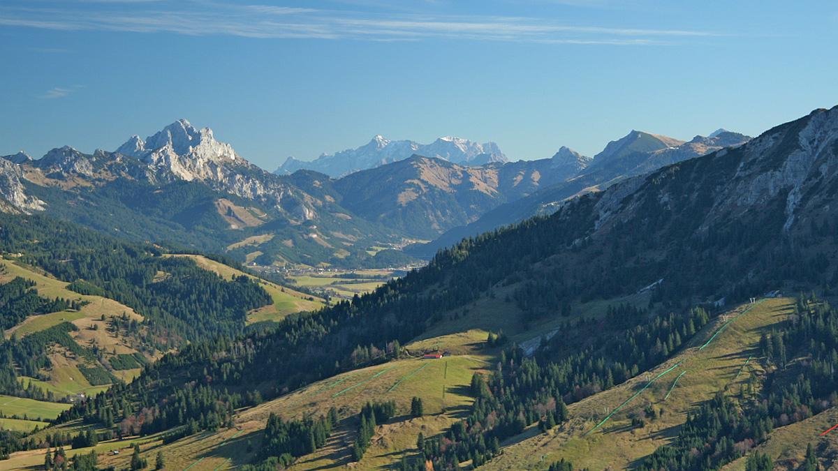 Blick in das Tannheimer Tal - im Hintergrund die Zugspitze