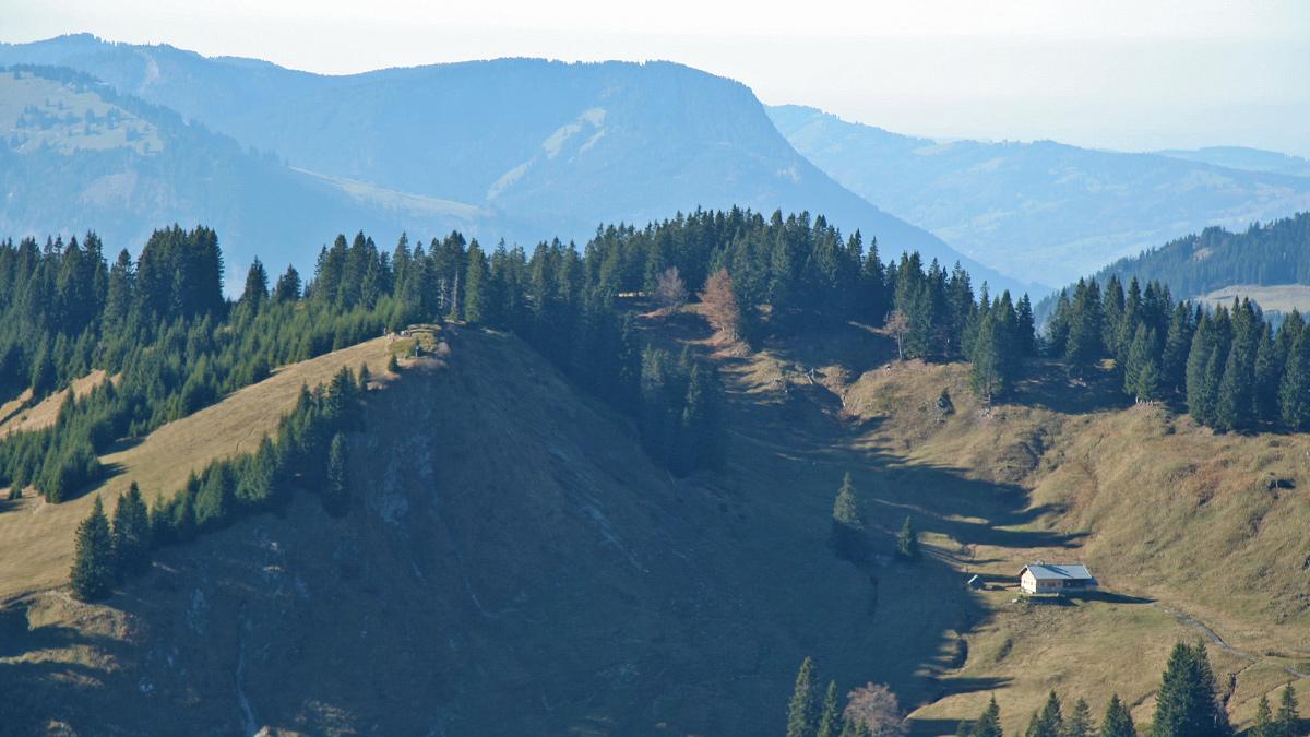 die Alpe Schlierberg im Schlierbergkessel mit dem Boaleskopf